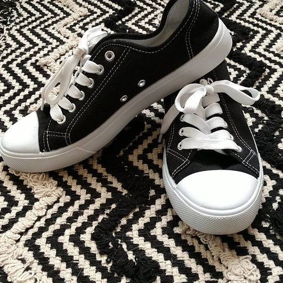 1a6931332349a Bobbie Brooks Sneakers Black and White 9. M 5bfc563dbb761575544f7979